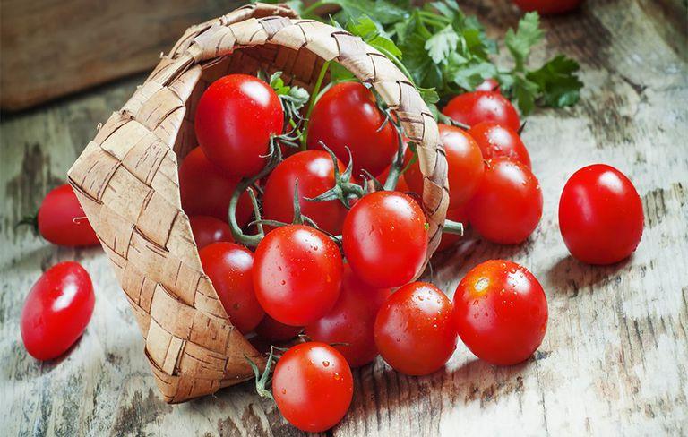 Warna tomat yang merah dikarenakan banyaknya kandungan lycopene dalam buat tersebut. lycopene dapat membantu menghilangkan radikal bebas akibat sinar ultraviolet yang dapat menyebabkan penuaan kulit. Mengkonsumsi sebanyak 16 miligram lycopene disertai dengan penggunaan tabir surya setiap hari mampu melindungi kulit dari dampak buruk sinar ultraviolet.